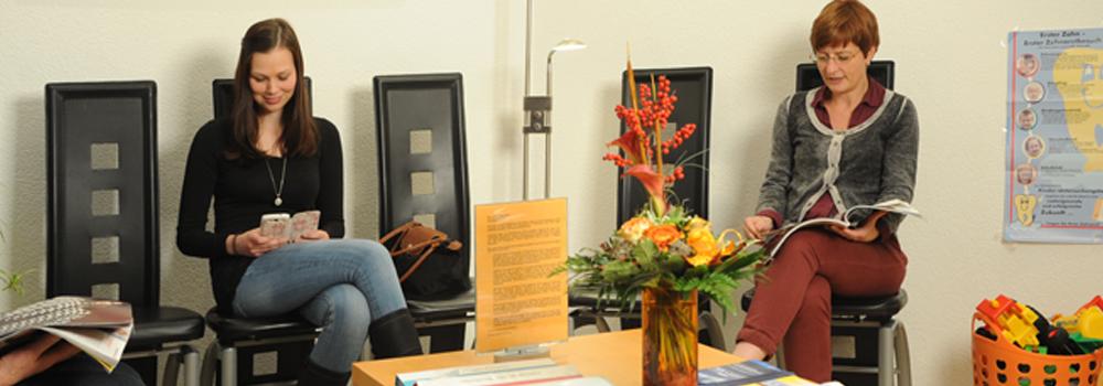 Sonnig eingerichtetes Wartezimmer in der kieferorthopädischen Praxis Dr. Hofmann in Nidda